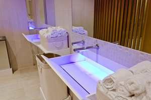 Handvaskene er i støpt i Corian, og belyst med blått LED-lys.
