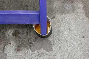 <b>BOLLE:</b> Det skal ikke mer til enn å sette alle stolbena i en liten bolle med olje og la den trekke inn.