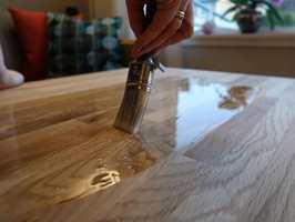 <b>OLJEBORD:</b> Olje skal påføres i tynne sjikt. Her utføres dette på en bordflate av eik, men oljen fungerer på samme måte på furu.