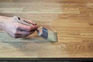 <b>OLJE:</b> Du må gi benkeplaten i tre et strøk vedlikeholdsolje med jevne mellomrom. (Foto: WOCA)