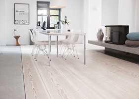 Av og til bør gulvet behandles med pleiende olje, og det vil forlenge vedlikeholdsintervallene dersom det vaskes med pleiende såpe.