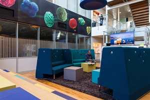 Veggflatene er blant annet dekorert med mikrofossiler fotografert i Oljedirektoratets eget laboratorium, og fargesatt med bistand fra interiørarkitekter fra Link Arkitektur.