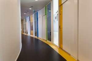 I hele bygget er det gjennomgående benyttet varierende farger som symboliserer de ulike geologiske periodene som vår klode har gjennomgått. Det er også lagt vekt på å skape en spennende gulvflate ved å bryte opp det mørke linoleumsgulvet med gult.