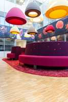 Bygget inneholder en rekke store og små pause- og samlingsarealer, med friske, avstemte farger og avdempet akustikk.