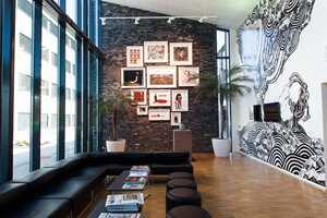 I Oljedirektoratetets nyeste bygg på Ullandhaug i Stavanger er det lagt stor vekt på Kunstnerisk utsmykning. I resepsjonen møtes vi at et stort veggmaleri av den polske streetart-kunstneres M-City, eller Mariusz Waras.