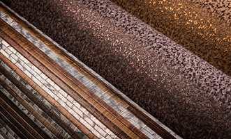 <b>VARME METALLER:</b> Noen ruller kraftig tapet med overflater som gyllen bronse, og stemningen og stilen er satt. Veggene får karakter og tyngde. Det varme metallet er et nobelt selskap til dype fargene. Tapet fra Omexco/INTAG. (Foto: INTAG)