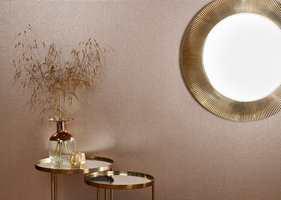 <b>METALL:</b> I tapetet Graphite fra Omexco har den tandre fargen fått tyngde og en ny eleganse som kler selskap av gyllent metall. Tapetet føres av INTAG. (Foto: INTAG)