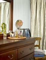 <b>ELEGANT:</b> Mørke, tunge møbler og silkegardiner matcher fint mot gråhvite vegger.
