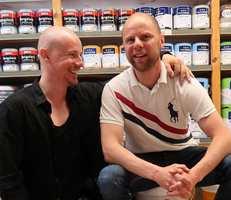 <b>BRØDRE I ALT:</b> Lars Alexander (t.v.) og Stian Wiulsrud er kompiser på – og utenfor – kontoret. – Vi krangler overraskende lite, sier de.