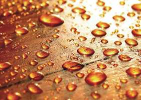 <b>VANNTEST:</b> Trekker dråpene inn, trenger benken ny olje. Hvis de perler seg er det trygt en stund til.