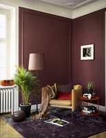 <b>LUNT:</b> Matt maling, varme farger, teppe på gulvet, puter og pledd i stolen – kan vi be om mer?