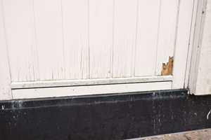 <b>EKSTRA UTGIFT:</b> En dør på skyggesiden av huset er spesielt utsatt. Det koster ca 12.000,- kr å få den skiftet.