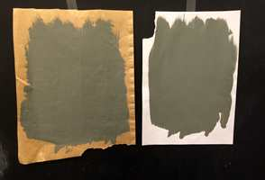 <b>LIK ELLER ULIK?</b> Utrolig nok: samme farge, malt på forskjellig papir! (Foto: Trine Midtsem/ifi.no)