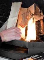 Det er enklere og raskere å fyre i peisen ved hjelp av opptenningsbrikker.