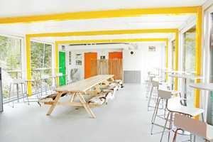 Café Snøtunet ved Varingkollen Alpinsenter er friskt fargesatt.