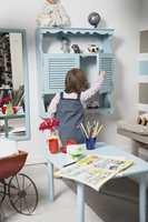 <b>ORDNE SELV</b> Speil, skap, bord og benk er tilpasset den lille damens høyde. Alle møblene er gamle, og fremstår som nye etter noen strøk maling. (Foto: Kristian Owren/ifi.no)