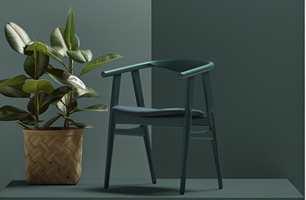 Når den danske møbelprodusenten Getama nå relanserer to stoler tegnet av Hans J. Wegner, gjøres det med originale farger. Flügger har analysert designerens game fargeprøver og oppstrøk og funnet seks farger som stemmer med det opprinnelige.