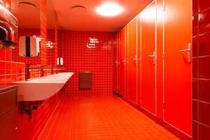På skolens toaletter er det ikke spart på fargene... Rødt for guttene.