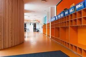 Det er også bygget en ny Primary school, beliggende i en ekstern paviljong, knyttet til det øvrige bygget med en mellomgang.