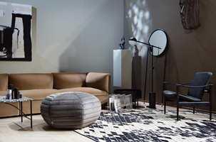 <b>NY LUKSUS:</b> Myke velurer og harde materialer skaper atmosfære av nedtonet luksus. Gulvet i eik er fra Tarkett.