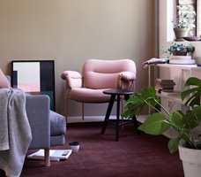 <b>DESIGN:</b> Stylist Kirsten Visdal plasserte en rosa utgave av Andreas Engesiks stol Bollo mot hudfarget vegg og teppe i en dyp, mørk nyanse rødt på Oslo Design Fair høsten 2016. (Foto: Studio Dreyer Hensley)