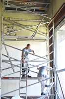 Møterommet i Oslo rådhus får en oppgradering. Malersvenner Lucjan Zajac og Andreas Osnes.