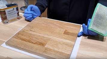 Det er enkelt å endre eller fornye fargen på kjøkkenbenken. Vi fikk Osmo til å vise hvordan det skal gjøres. Få tips om hva slags produkter og verktøy du trenger, og hvordan du beskytter benken ved å legge et toppstrøk.
