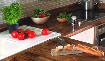 Det er ikke alltid så mye som skal til. Gi kjøkkenbenken et strøk olje før visningen - kanskje er det det lille ekstra som skal til. (Foto: Osmo)