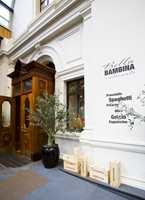 I Østbanehallen - her fasaden til restaurant Bella Bambina, tilbakesatt i samme stil som den ytre fasaden.