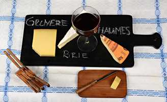 <b>OSTEFAT: </b>Enten du serverer ulike oster, kaker eller annet, kan gjestene få veiledning på et brett med tavlemaling. (Foto: Chera Westman/ifi.no)