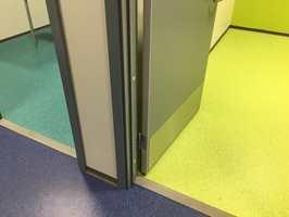 <b>KULØRT:</b> Øyra skule er langt fra et grått nybygg. Der er enkelte betongvegger som har fått være som de er, ellers er veggene malt lyse eller i en kontrastfarge. Alle gulv har farge. Korridorer og klasserom er blå, grupperommene kulørte. I læremiljøet er det valgt belegget iQ Granit fra Tarkett, som kommer i 50 standardfarger.