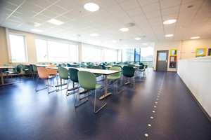 <b>UTSYN:</b> Store vinduer i fasaden sørger for lys og romslighet i lokalene. Fra barnas kantine og lærernes spiserom er det flott utsikt mot Sunnmørsalpene. Skolen har også et stort auditorium som er åpent for flerbruk med plass til rundt 500 mennesker.