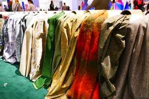 <b>FOSS AV FARGER:</b> Tekstiler i grønt, blått, rødt og brunt fosset mot oss da vi kom inn på messen. (Foto: Bjørg Owren/ifi.no)