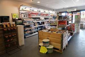 <b>PÅ PLASS:</b> HAST maling og interiør AS åpnet dørene 18. mars i år. Da kom det 250 personer. − Det lover godt for fremtiden, sier den nybakte butikkeieren Anita Hagerup Straume.