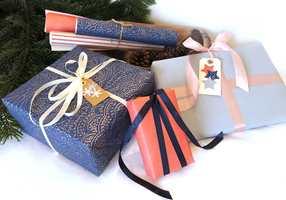 Har du tapetrester? Å bruke tapet som gavepapir er både miljøvennlig, og du får ekstra god kvalitet på din gaveinnpakning. Om du ikke har rester kan du alltids kjøpe en rull eller to.
