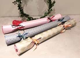 FEST OG HURRA: Pomponger lager du med tapet, silkepapir, lim og bånd. Malen kan være grei å bruke på de første du lager, men ikke noe must.