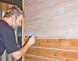 Her påføres veggen en halvtransparent panellakk fra Liberon som heter Bloom Panelvoks. Det er ikke en voks i tradisjonell forstand, men gir likevel overflaten et flott, vokset utseende.
