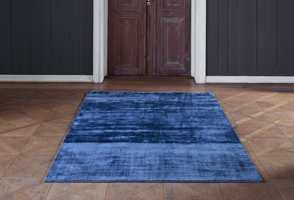 <b>GÅ TRYGT:</b> Den koboltblå fargen tilbyr stabilitet, fasthet og forbindelse, og er samtidig en god fargeklatt i dette teppet fra InHouse.