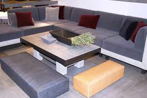 I denne sofagruppen med flettverk og velur understrekes stilen av noen aksenter i burgunder.
