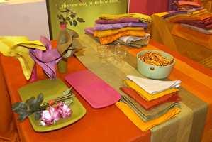 Fargerikt skal det også være når bordet dekkes. Nydelige stoffer i jacquardvev.
