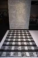 En minimalistisk trend henger fortsatt igjen der hvitt, sort, grått, stål og glass gir et stilrent inntrykk. Her passer disse lekre teppene inn.