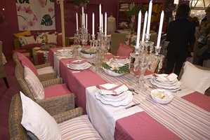 Fra lilla over mot rosa og pink. Her i et nydelig pyntet bord slik det gjerne skal være nå, med litt glass og prismer.