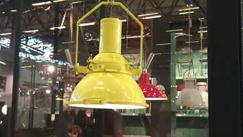 Fargerike lamper med kraftige skruer.