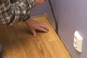 Juster siste bord på plass med brekkjern eller baksmelle.