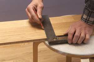 Bruk vinkeljern for å streke opp før saging. Ikke bruk sagen, den er som regel ikke i vinkel når den er brukt litt.
