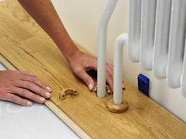 Slå bordet på plass, lim fast den løse delen, legg et mellomlegg mot veggen, og dekk til med rørmansjetter.