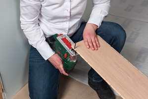 <b>FJÆR:</b> Sag vekk fjæra på bordene i første rad, og legg den rette siden mot veggen.