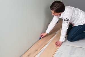 <b>UTVIDER:</b> Det første bordet legges med en klaring på 8-10 millimeter mot veggen. Dette rommet er viktig slik at det er plass nok når gulvet utvider seg.