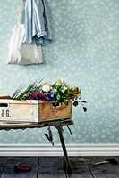 Parsley viser persilleblomstens særegne silhuett fanget i et luftig og elegant design i seks farger.