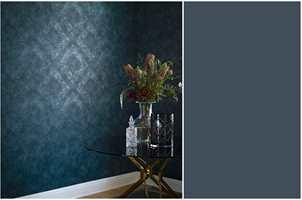 <b>MØRKT:</b> Vil du fortsette den mørke stilen, får du en elegant kontrast med tapet i mørke farger og diskret mønster. Dette er fra Borge/Engblad & Co.